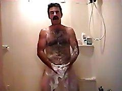 Bigoton peludo maduro en la ducha