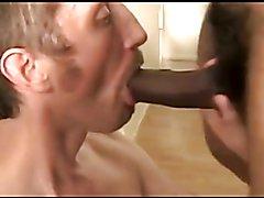 Negro peludo follando a pelo un culo blanco