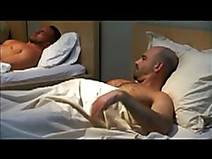 Grupo de amigos pajeandose en la cama
