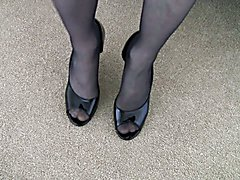 Pantyhose Crossdresser in Black Pantyhose en High Heels