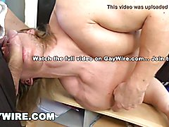 Gaywire stud body builder flexes his muscles and gets with no condoms pecker in his butt