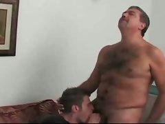Viejo gordo y peludo tirandose a un veintianero en su casa